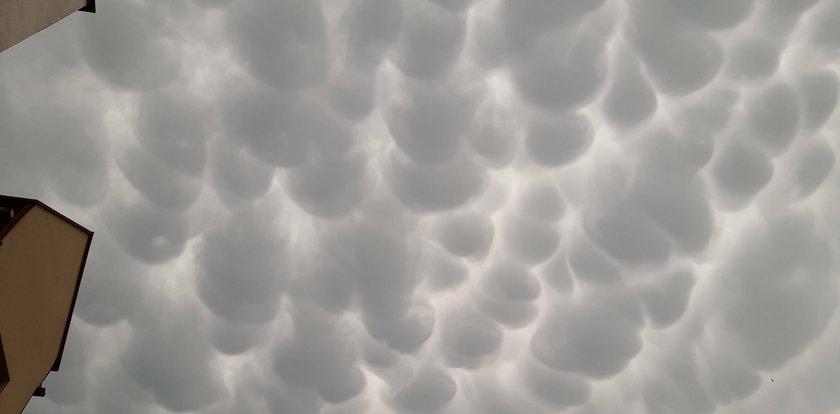 Dziwne chmury nad Polską. Przypominają wymiona. Wyjaśniamy, co to za zjawisko!