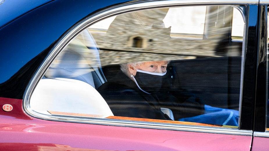 Królowa Elżbieta II ociera łzy. Pogrzeb i pożegnanie księcia Filipa