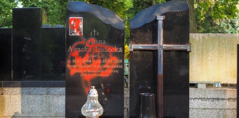 Zginęła w katastrofie smoleńskiej. Teraz ktoś zniszczył grób mecenas Joanny Agackiej-Indeckiej na Starym Cmentarzu w Łodzi