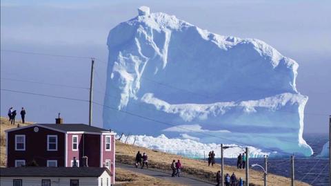 Góra lodowa przyciągnęła turystów
