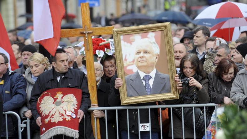Tysiące zwolenników PiS na Krakowskim Przedmieściu