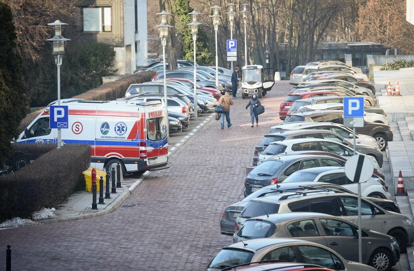 9 tys. zł dziennie za karetkę przed Sejmem?
