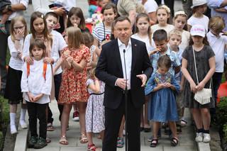 Zakaz adopcji dzieci przez pary jednopłciowe. Duda podpisał projekt zmiany konstytucji