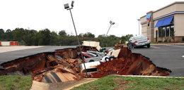 Tajemnicza dziura w ziemi pochłonęła 12 samochodów