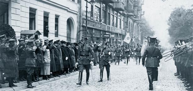 Bohater jednego z największych skandali obyczajowych w II RP Feliks Piekucki na defiladzie w Poznaniu (1919 r.)