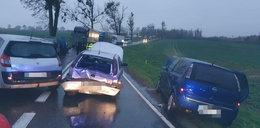 Horror na drodze. Dwa auta potrąciły pieszego