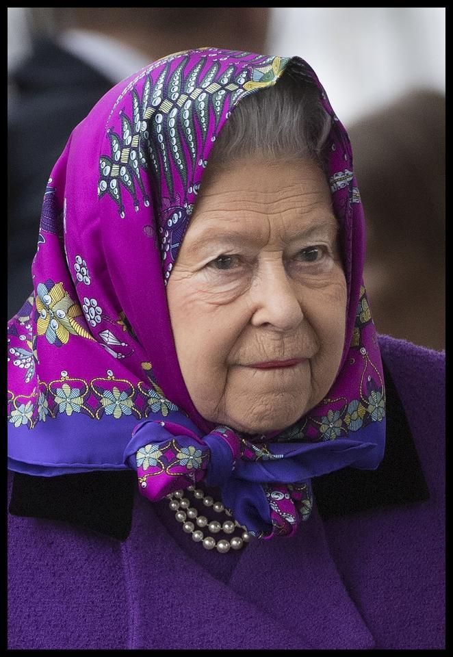 Królowa Elżbieta II cała w fioletach