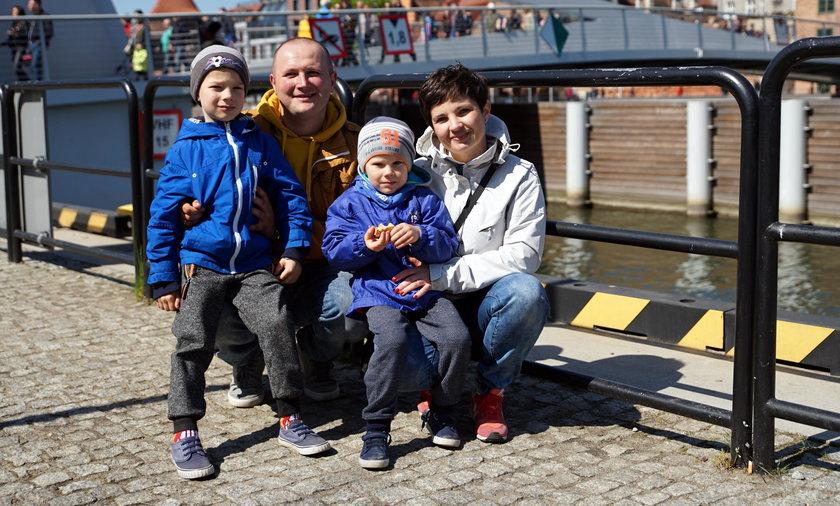 Małgorzata (33 l.) i Łukasz (32 l.) Michałuszko z synami Antkiem (5 l.) i Beniaminem (5 l.)