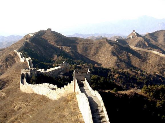 Duž celog zida, u pravilnim razmacima, podignute su stražarnice