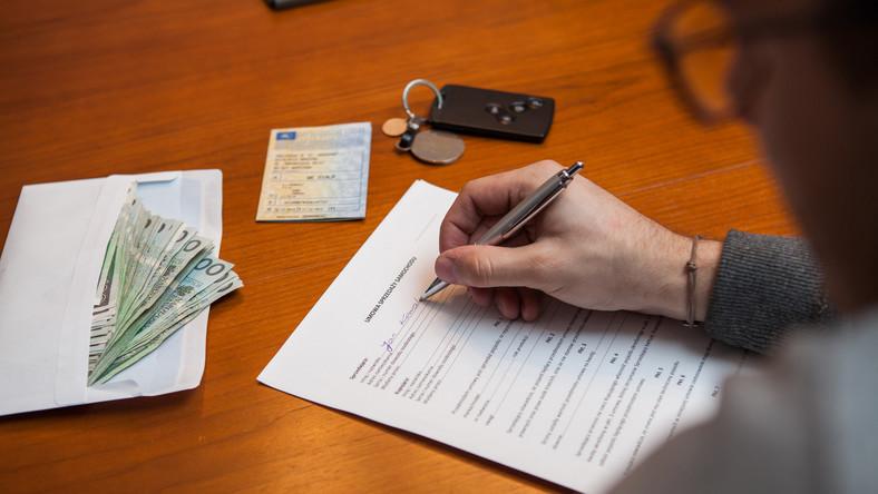 Treść umowy jest ważna – decyduje o tym, jakie prawa ma kupujący i w jakim zakresie sprzedawca odpowiada za stan używanego samochodu