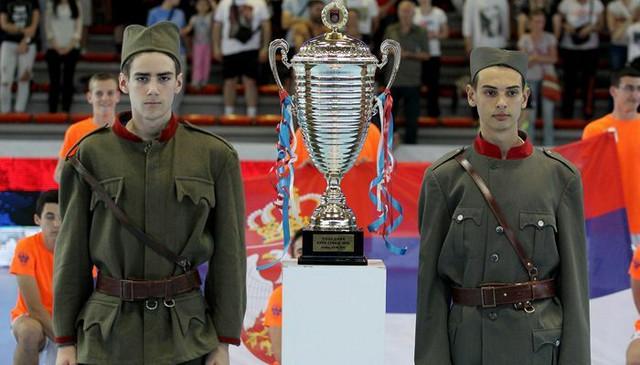 Trofej kupa čuvali su momci obučeni u uniforme srpske vojske iz Velikog rata