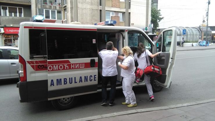 NIS04 Hitna pomoc odvozi povredjenu zenu foto Branko Janackovic