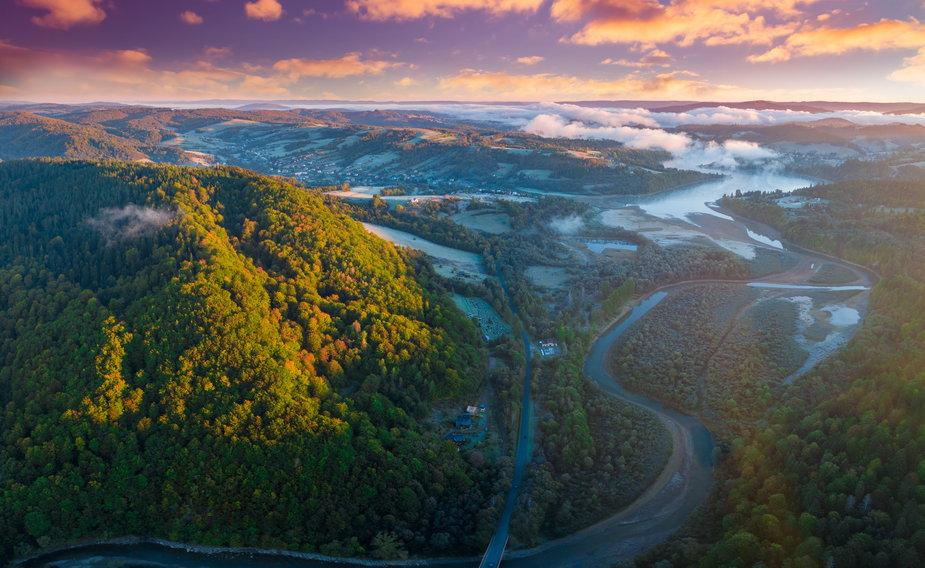 Wschód słońca nad Bieszczadami i rzeką Solinką