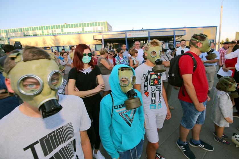 Protest mieszkańców przeciwko firmie Hutchinson