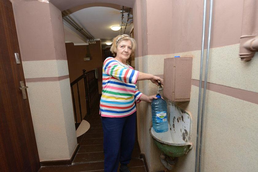 Pani Ela bierze wodę z korytarza