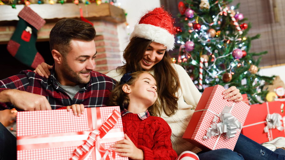 Szczęsliwa rodzina z prezentami
