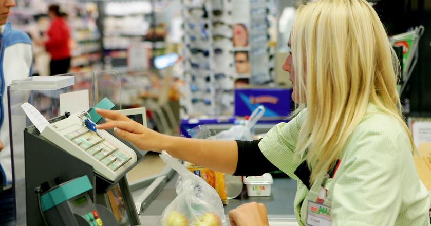 Robienie nieprzemyślanych, spontanicznych zakupów, kiedy jesteśmy głodni, przed pracą lub w weekend powoduje, ze wydajemy o wiele więcej niż powinniśmy
