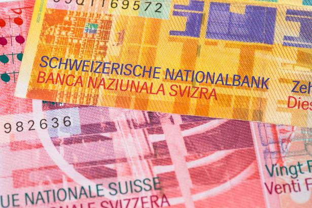 Równocześnie banki pracują nad pomocą dla osób, które zaciągnęły kredyty mieszkaniowe we frankach szwajcarskich.