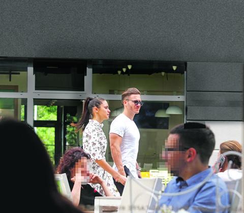 PAPARACO FOTKE: Saša sa devojkom otišao da obiđe restoran koji je kupio, a pogledajte tetovažu koju krije njegova Zorana!