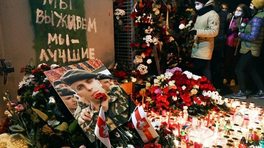 Ludzie oddają hołd zabitemu, 12 listopada