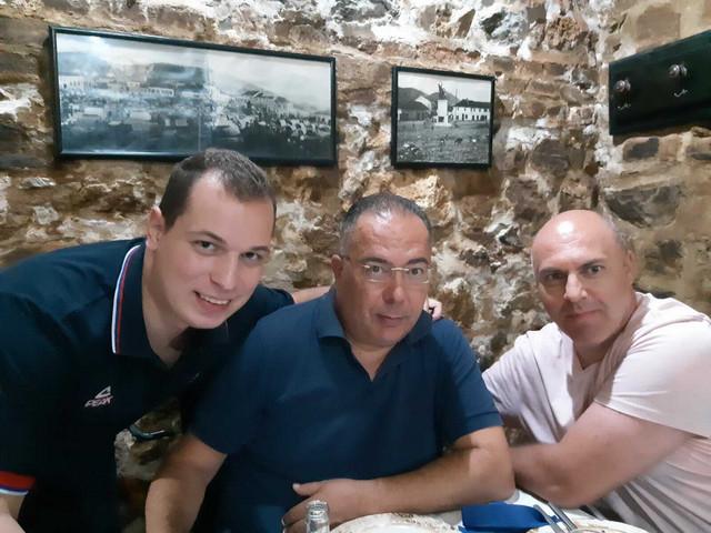 """Čedomir i Vule Vuković u društvu urednika sportske rubrike """"Blica"""" Igora Velimirovića"""