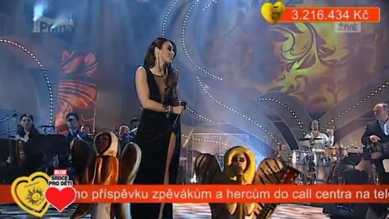 """Ewa Farna podczas gali """"Serce dla dzieci"""" (fot. screen z występu)"""
