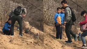 Turyści w zoo gonili pawie i wyrywali im pióra