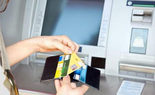 Jeśli zamierzasz skorzystać z bankomatu, przyjrzyj się mu uważnie