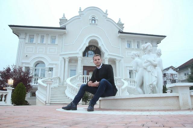 Draško Stanivuković ispred porodične vile