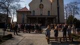 Pierwszy dzień lockdownu a w Krakowie bierzmowanie. Pod kościołem były tłumy