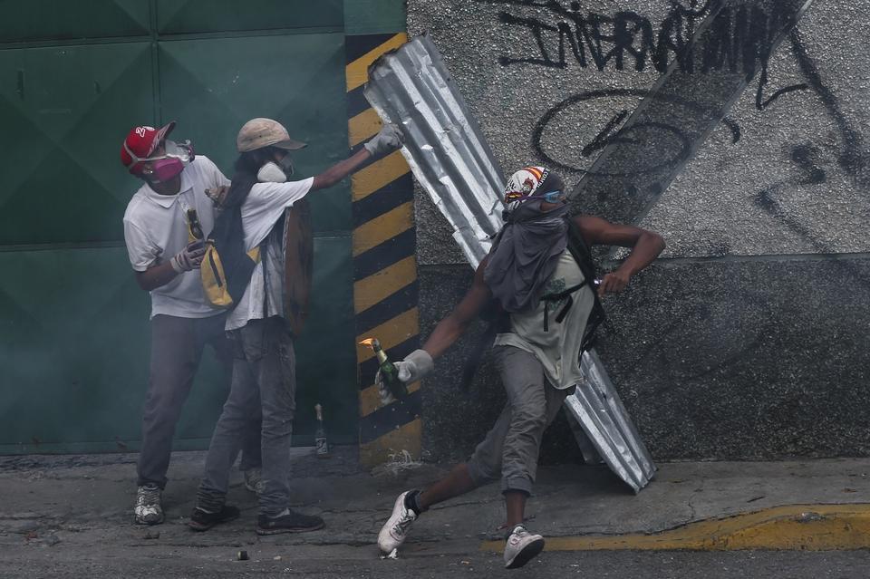 Obywatele nie będą jednak czekać ponad rok na poprawę sytuacji, a za jej pogorszenie oskarżają wspomnianego Nicolasa Maduro.