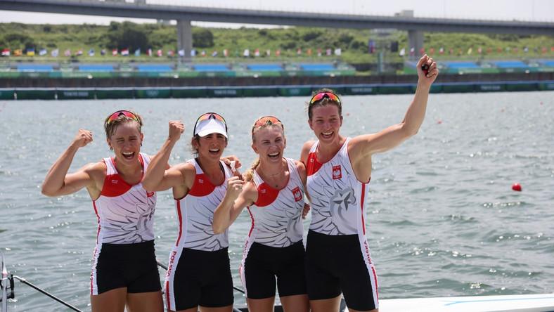 Maria Sajdak (2-L) celebrująca wraz z koleżankami zdobycie srebrnego medalu w wioślarskich czwórkach podwójnych podczas IO w Tokio