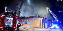 Pożar supermarketu w Wawrze. Na miejscu walczy z żywiołem 15 zastępów straży pożarnej