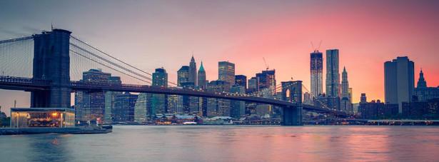 Nowy Jork – jedno z najchętniej odwiedzanych przez turystów nie tylko miast w USA, ale również na całym świecie. Nowy Jork, to marka sama w sobie, nikomu nie trzeba reklamować tego miasta. Jedno z największych i najważniejszych miast świata nie jest stolicą USA. Tętniące życiem miasto musiało ustąpić palmę pierwszeństwa spokojniejszemu Waszyngtonowi, który od 1790 roku jest stolicą Stanów Zjednoczonych.