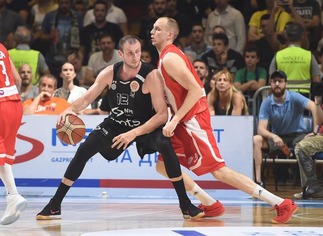 Dejan Davidovac u duelu sa kapitenom Partizana, Novicom Veličkovićem