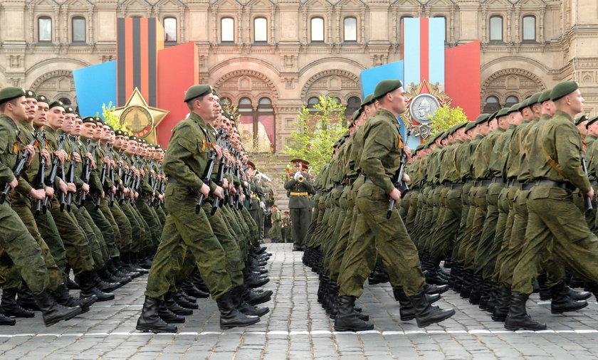 Marsz wojsk rosyjskich na paradzie z okazji zakończenia II Wojny Światowej