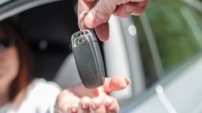 Umowa darowizny samochodu - jak uniknąć podatku?