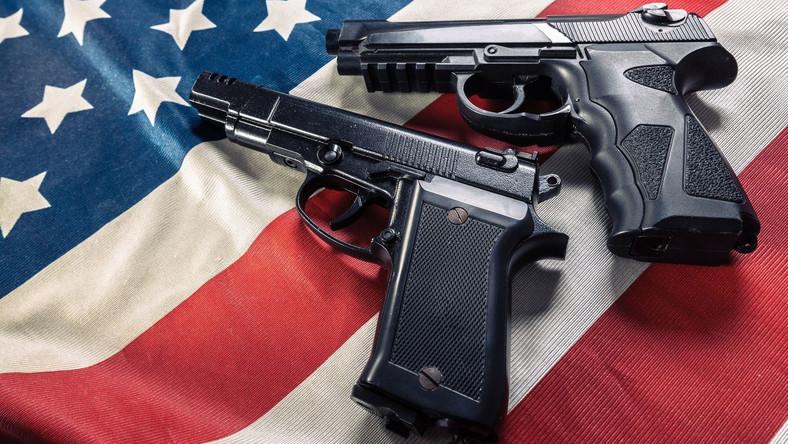 Amerykańska flaga i broń