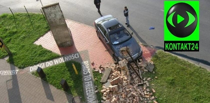 Auto wjechało w historyczny mur Stoczni Gdańsk!