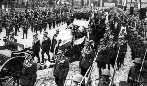Pogrzeb Piłsudskiego. ZDJĘCIA pokazują rozmiar żałoby