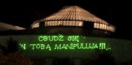 Ostry napis na budynku Sejmu. Trafny?