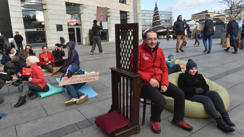 Ksiądz Jacek Stryczek i konfesjonał przed galerią handlową