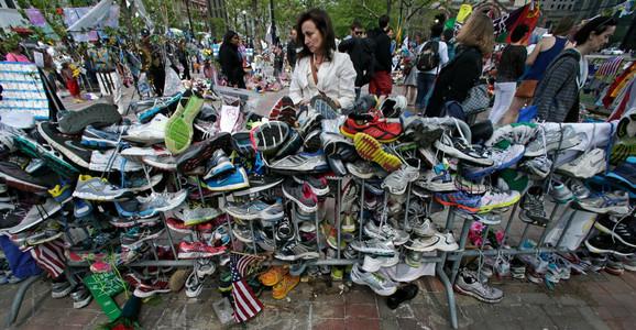 Građani ostavljaju patike za trčanje na mestu bombaških napada u Bostonu