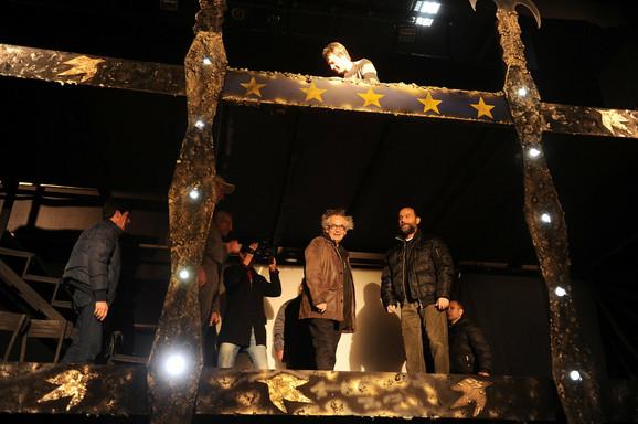 Ivan Tasovac i reditelj Nenad Todorović obilaze scenu na kojoj će večeras biti odigrana predstava