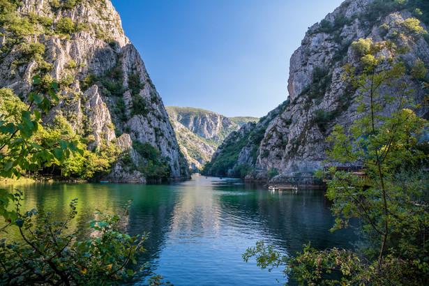 Kanion Matka Jedno z najcudowniejszych dzieł natury na obszarze dzisiejszej Macedonii. Niezwykła mieszanka unikalnej fauny i flory z zabytkami o bardzo długiej historii. I to zaledwie pół godziny jazdy samochodem od centrum stołecznego Skopje (na zachód). Kanion i płynąca pomiędzy skałami rzeka oraz jezioro tworzą bardzo dogodne miejsce do aktywnego wypoczynku: w kajaku, łodzi albo podczas górskiej wędrówki lub wspinaczki. W malowniczej scenerii warto zobaczyć tu prawosławne klasztory - św. Andrzeja oraz św. Mikołaja.