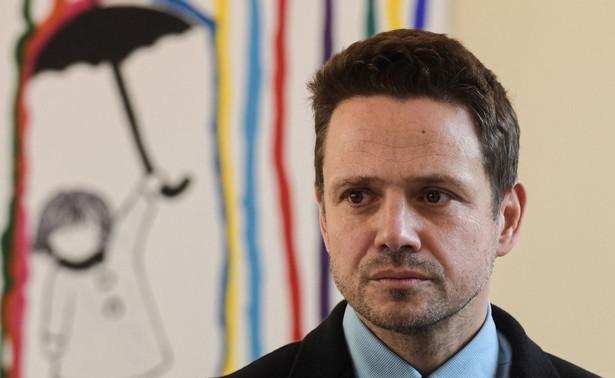 """""""Rafał Trzaskowski podejmuje decyzje o innym brzmieniu niż w kampanii wyborczej i zamiast realizować główne projekty społeczne i inwestycyjne do rangi najważniejszej ze spełnionych obietnic urasta podpisanie karty LGBT+"""" - mówił radny."""