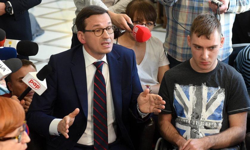 Mateusz Morawiecki rozmawia z protestującymi