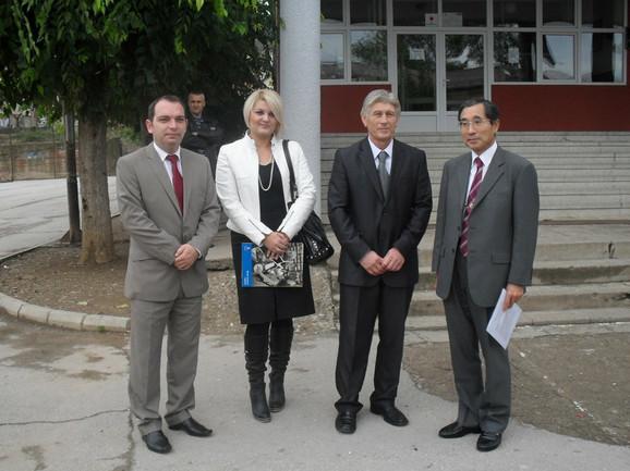 Donacija školama Prokuplja: Ambasador Japana Tošio Conozaki sa domaćinima