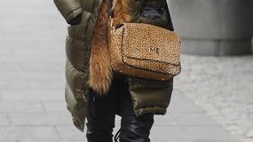 Pikowany płaszcz obszyty futrem i torebka w cętki. Kto się tak ubrał?