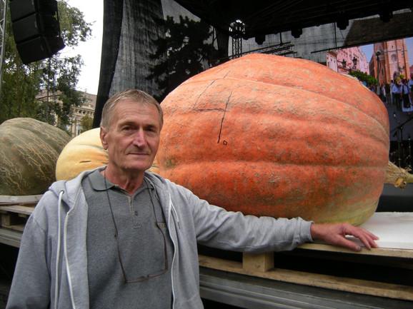 Blaže Jelić pored tikve od 288 kilograma